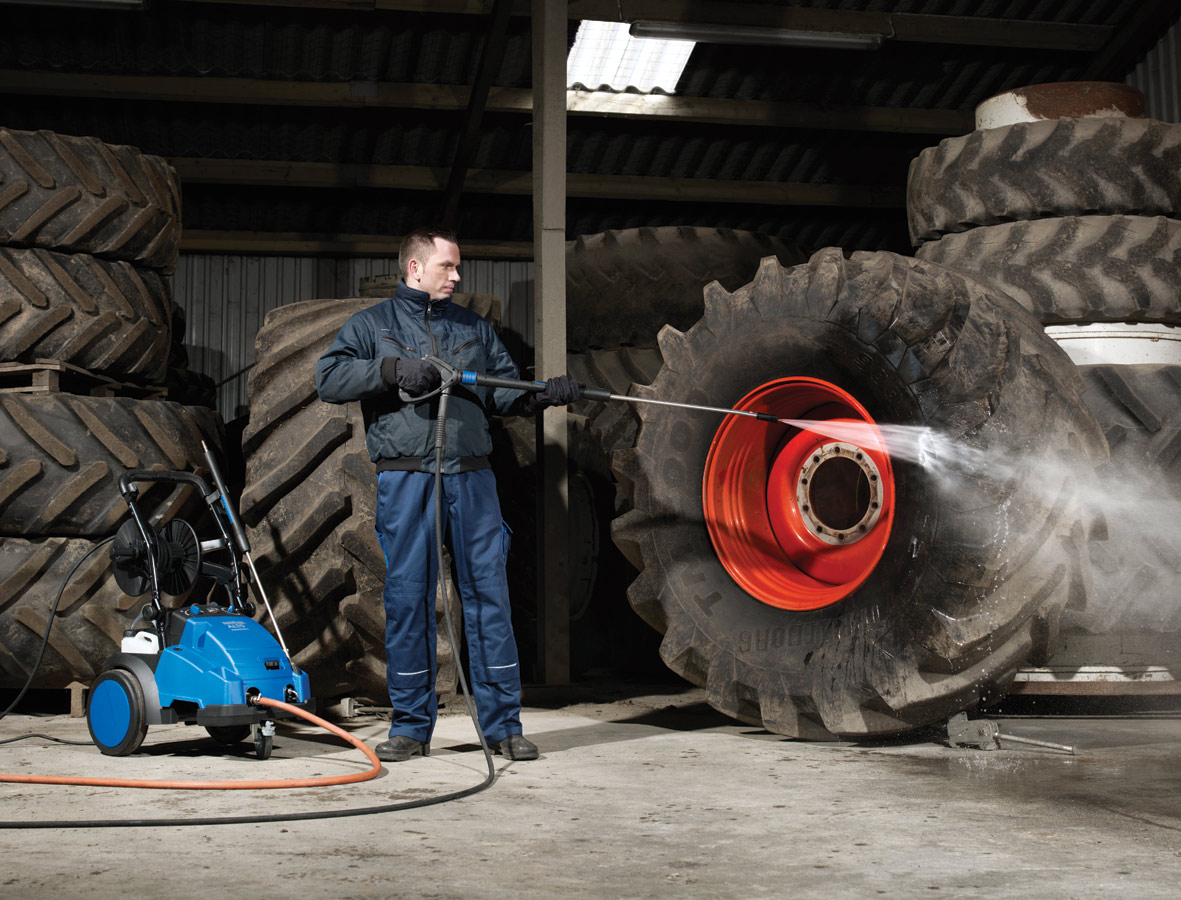 Nilfisk-Alto Hochdruckreiniger Poseidon im Einsatz beim reinigen von Reifen in der Landwirtschaft